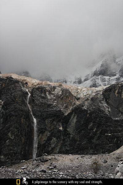夏诺多吉神山上的瀑布