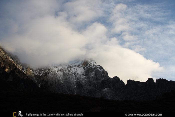 云雾笼罩下的夏诺多吉神山