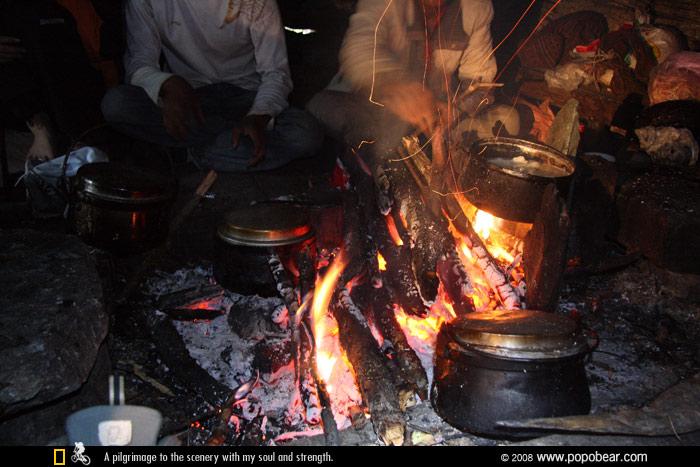 藏族牛棚内的火塘