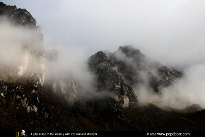 云雾缭绕的曲纽阿措珍姆女神