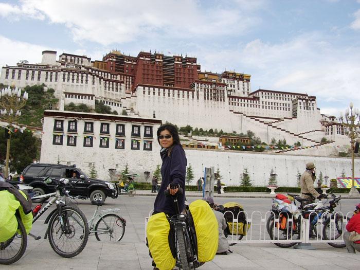 """单车带我去西藏~ ↑ """"扯皮""""于布达拉宫前"""